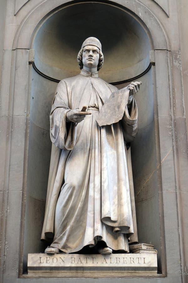 Leon Battista Alberti, Statue in den Nischen der Uffizi-Kolonnade in Florenz stockbilder