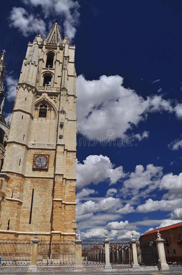 Leon domkyrka, klockatorn. Spanien royaltyfri fotografi