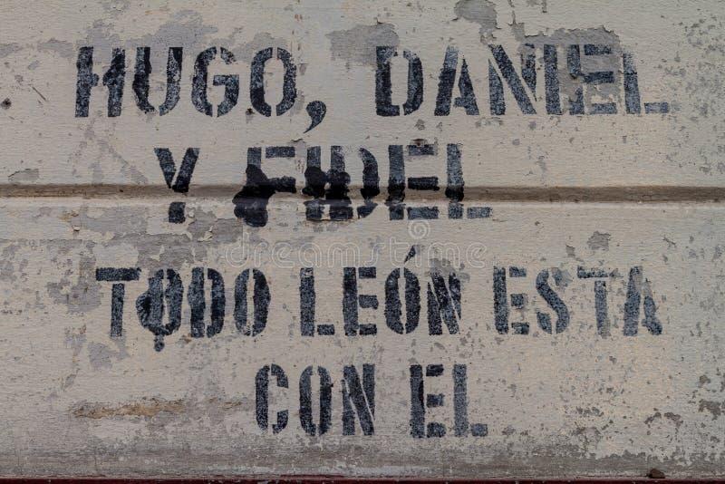 LEON, NICARÁGUA - 25 DE ABRIL DE 2016: Inscrição em uma parede do museu da revolução em Leon, Nicarágua Diz: Hugo, Daniel imagem de stock