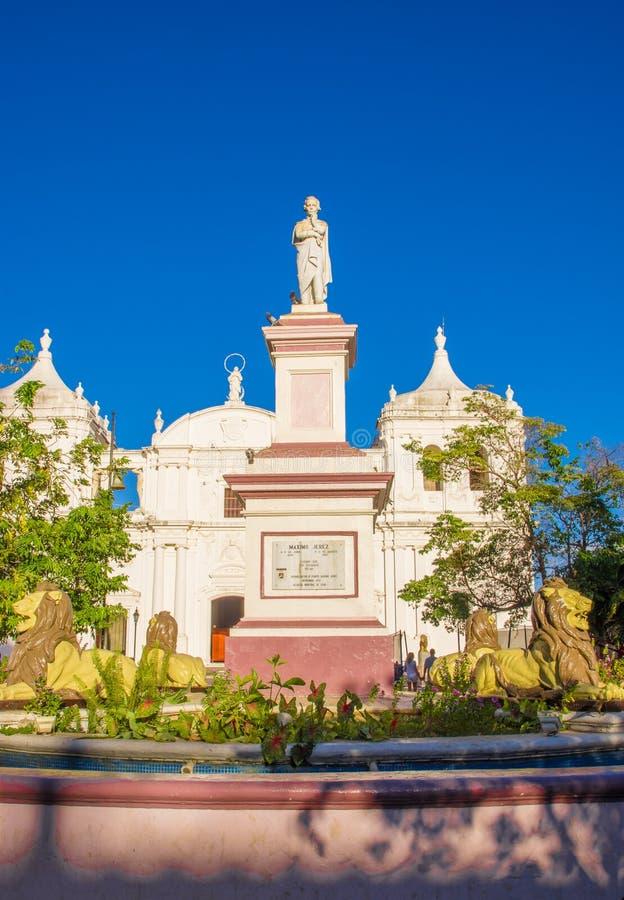 LEON, NICARÁGUA, MAIO, 16, 2018: A vista exterior apedrejou a estátua da fonte Ruben Dario Park Cathedral de Maximo Jerez de Leon fotografia de stock royalty free