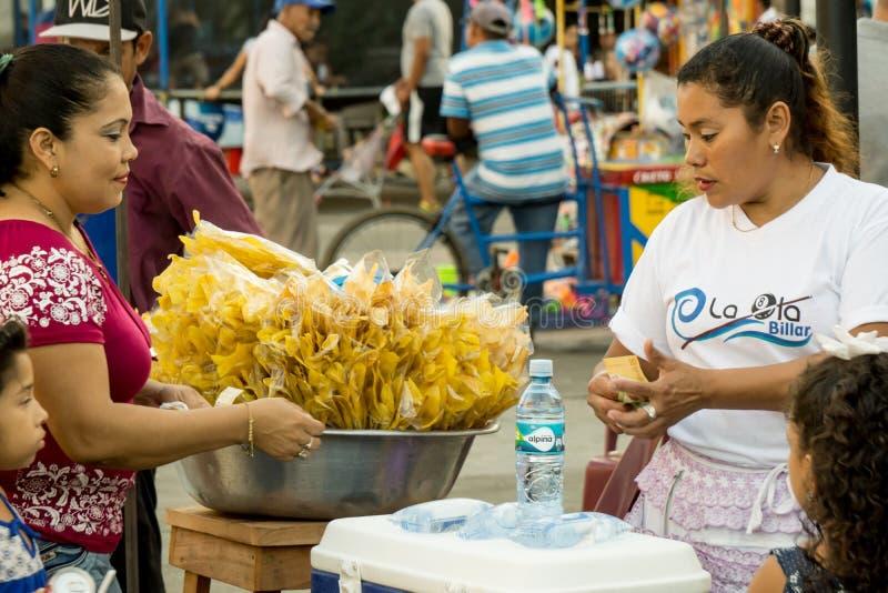Leon, Nicar?gua - 10 de mar?o de 2018: Mulher nicaraguense dos recursos escassos que vendem na rua fotografia de stock