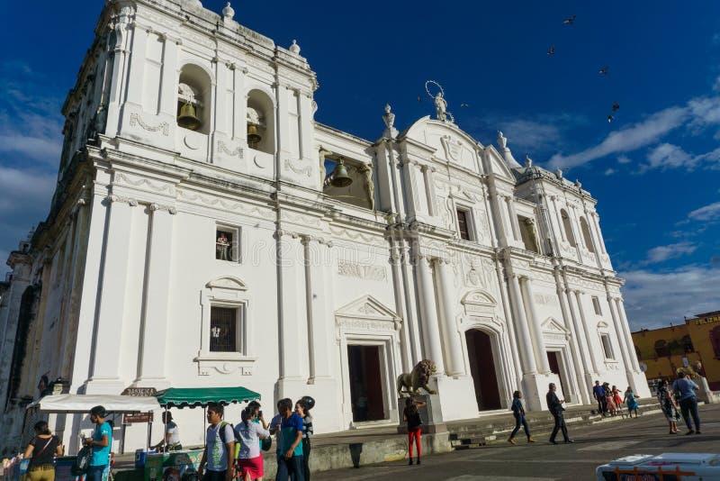 Leon, Nicaragua, 24 Maart, 2017: Centrale parkmening van Kathedraal De meest toeristische plaats in Leon, Nicaragua, Midden-Ameri stock afbeelding