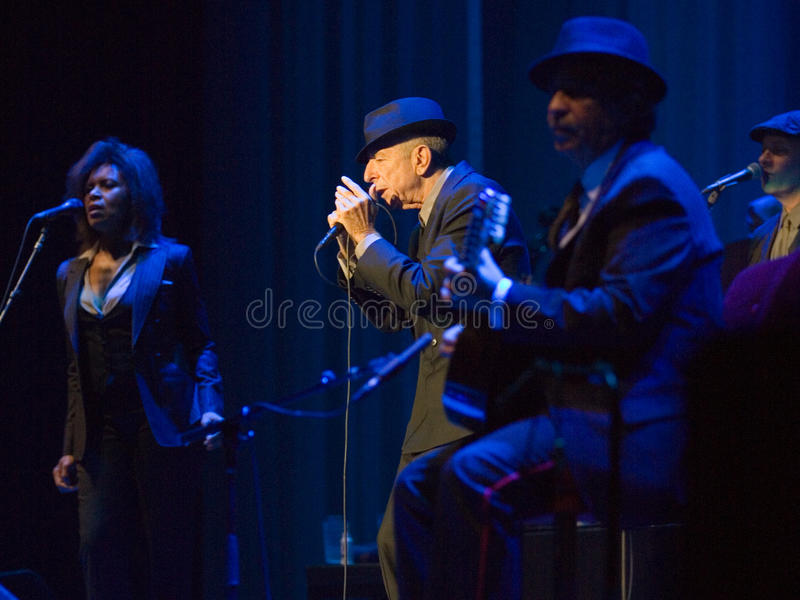 Leonard Cohen executa no estágio em Sportarena fotos de stock