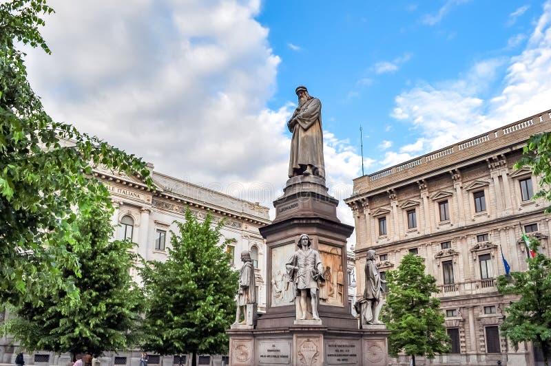 Leonardo da Vinci monument som är främst av La Scalateatern, Milan, Italien arkivbild