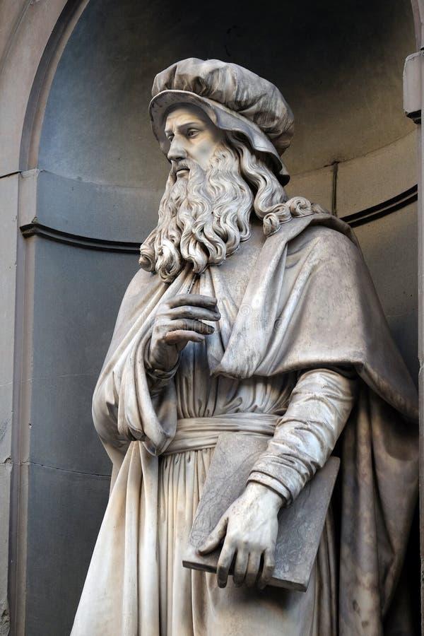 Leonardo da Vinci, Statue in den Nischen der Uffizi-Kolonnade in Florenz stockfoto