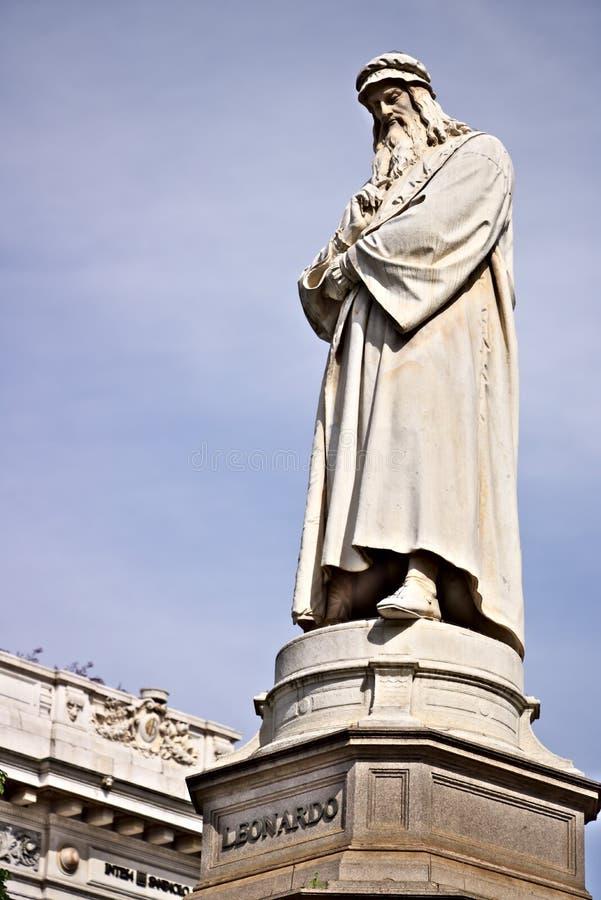 Leonardo Da Vinci Statue in Marktplatz della Scala in Mailand stockfoto