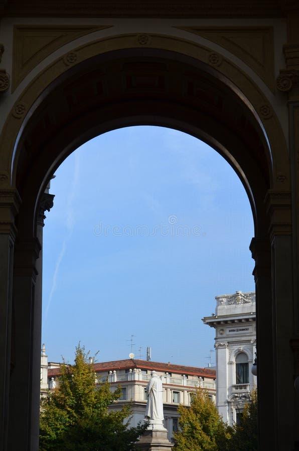 Leonardo Da Vinci staty i Milano, Italien royaltyfria bilder