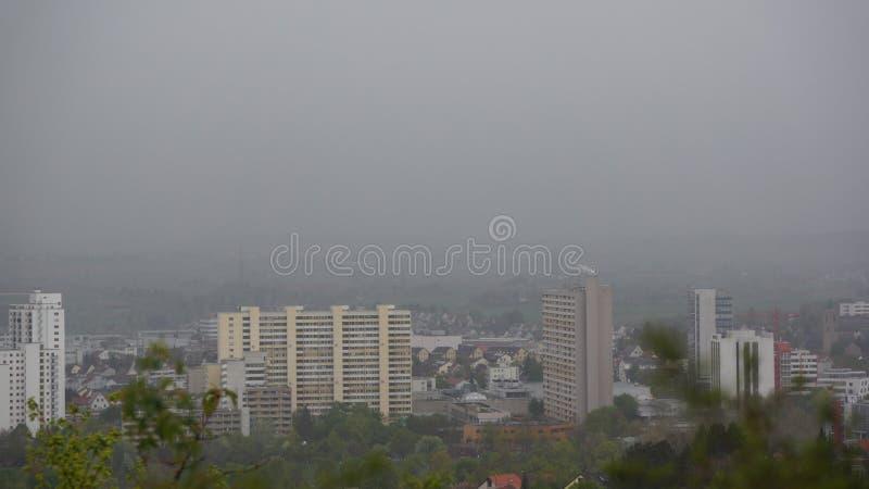 Leonberg d'horizon de ville pendant le jour brumeux de pluie image stock