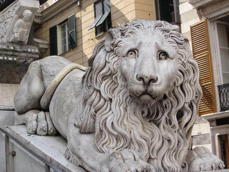 Leone all'entrata della cattedrale di San Lorenzo fotografia stock