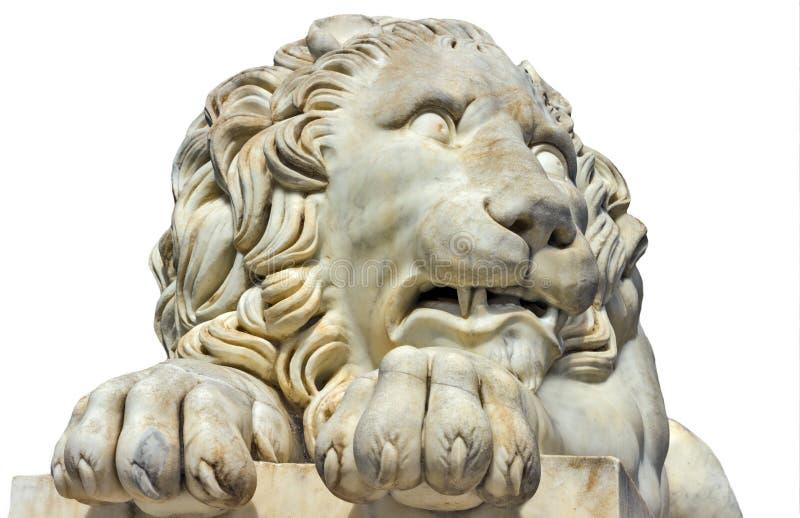 Leone antico del marmo della scultura isolato su un bianco immagini stock libere da diritti