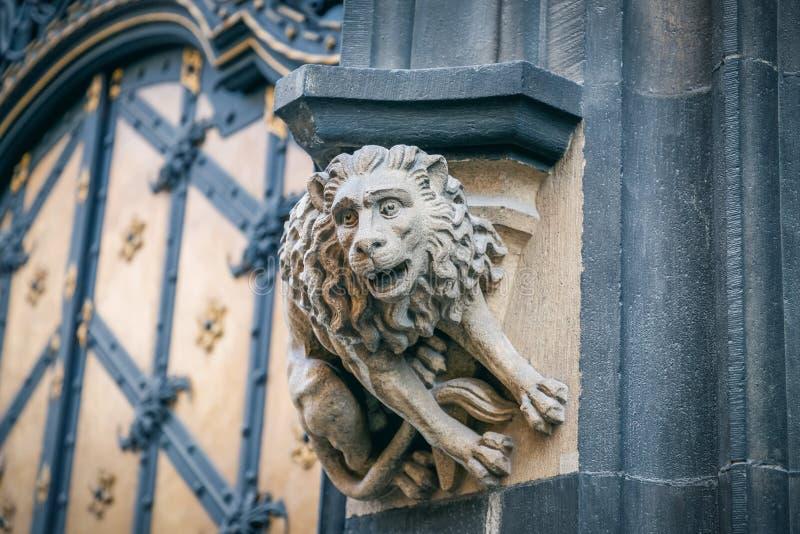 Leone di pietra della statua alla facciata di nuovo comune a Monaco di Baviera, Germania particolari immagine stock
