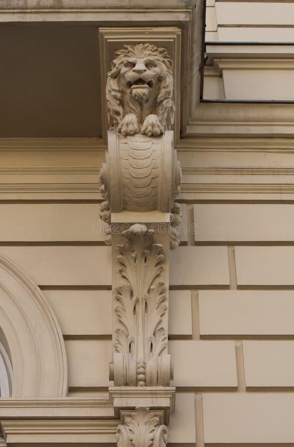 Immagini di riserva di testa di bassorilievo di un leone for Costruzione di un pollaio su ruote