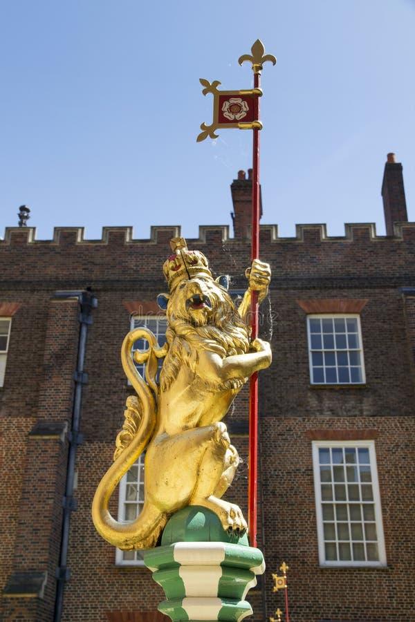 Leone nel cortile di Hampton Court Palace LONDRA, Regno Unito - 11 maggio 2018 fotografia stock libera da diritti