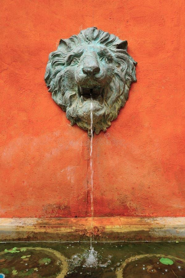 Leone Sculture con l'acqua di fonte fotografie stock