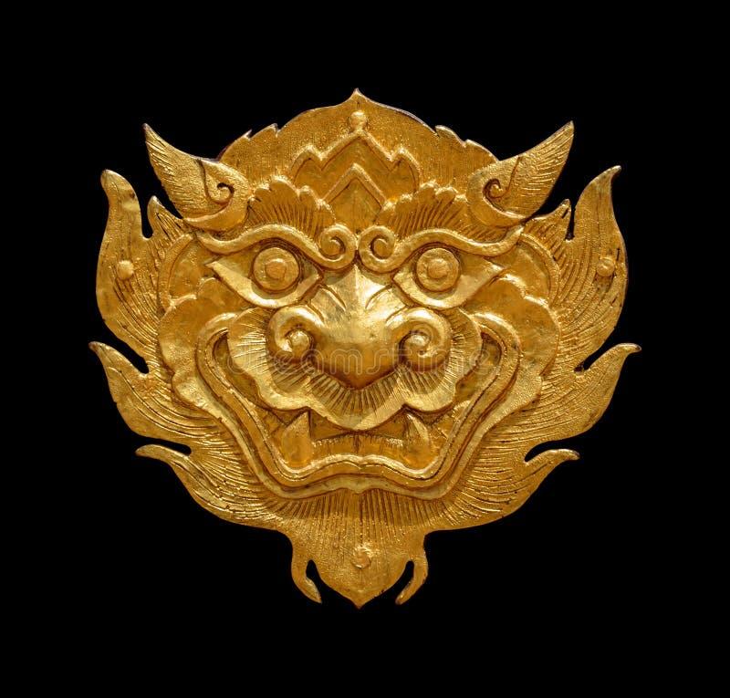 Leone-singha dorato di arte tailandese antica isolato su fondo nero fotografia stock libera da diritti
