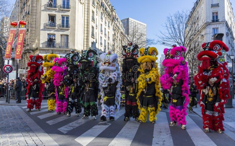 Leones chinos coloridos - desfile chino del Año Nuevo, París 2018 fotos de archivo