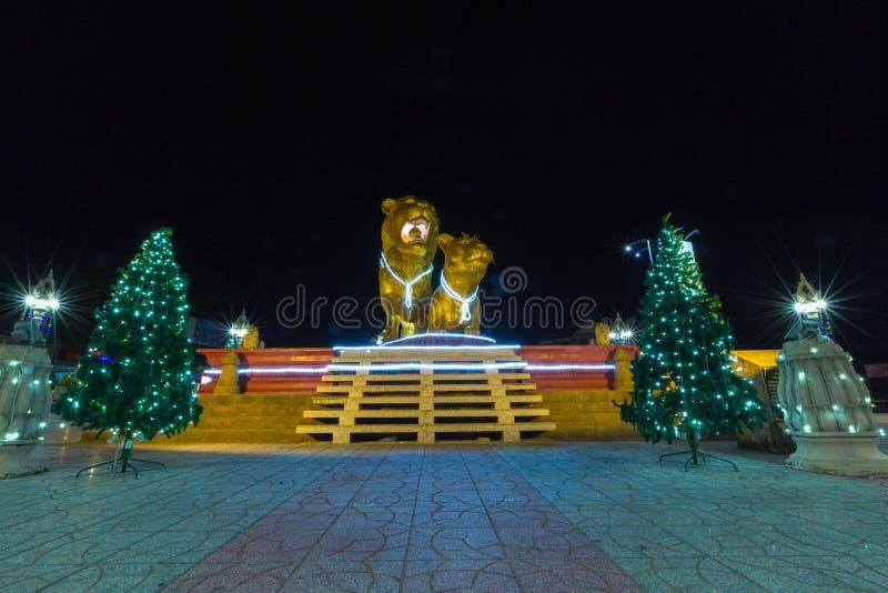 Leones de oro iluminados en la noche, centro de Sihanoukville Camb foto de archivo libre de regalías