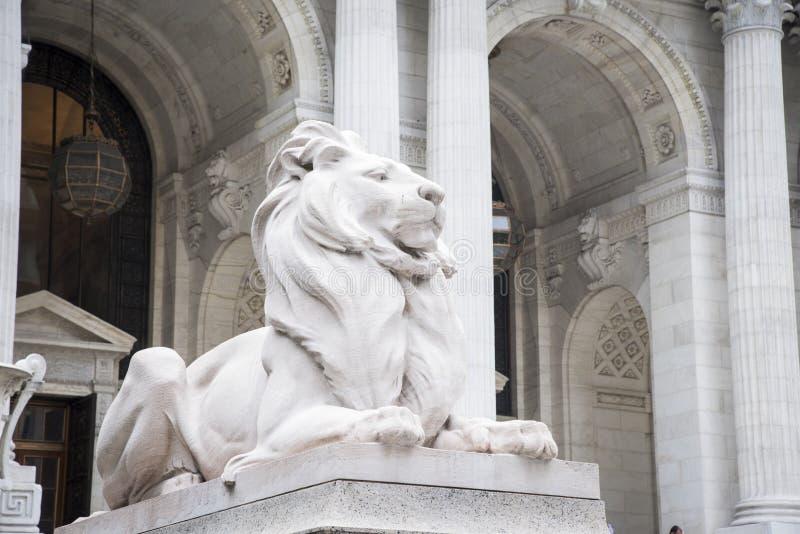 Leones de piedra, biblioteca de New York City foto de archivo