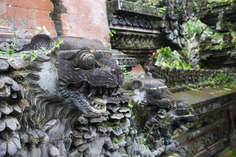 Leones - escultura del templo hindú tradicional en Ubud, Bali foto de archivo libre de regalías