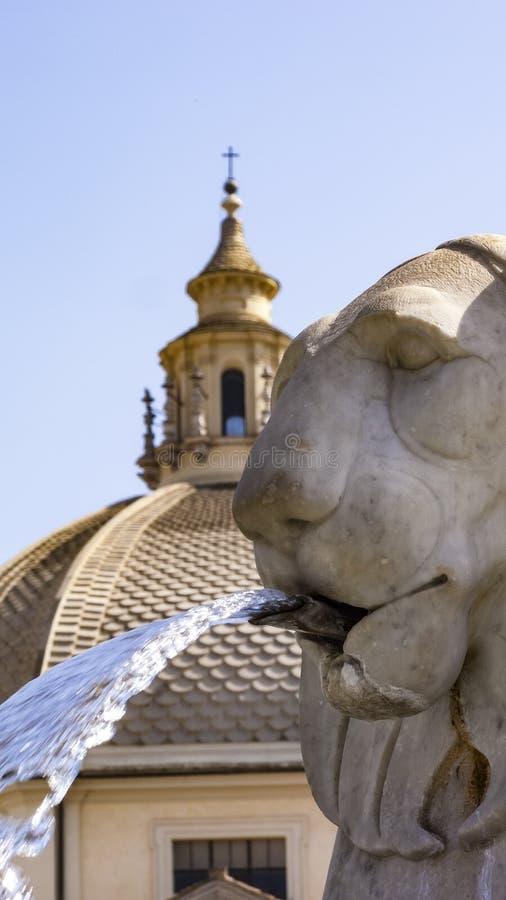Leoni, fontana, Piazza del Popolo, Roma, Italia fotografia stock libera da diritti
