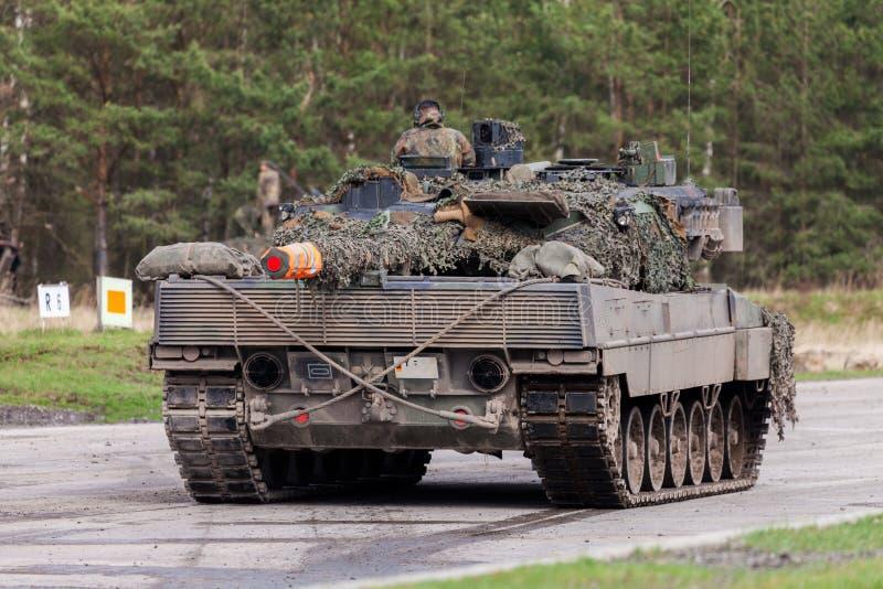 Leopardo alemão 2 do tanque de guerra 6 suportes na terra de treino militar alemão foto de stock