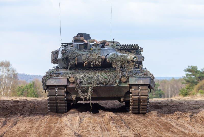 Leopardo alemão 2 do tanque de guerra 6 suportes na terra de treino militar alemão fotografia de stock royalty free
