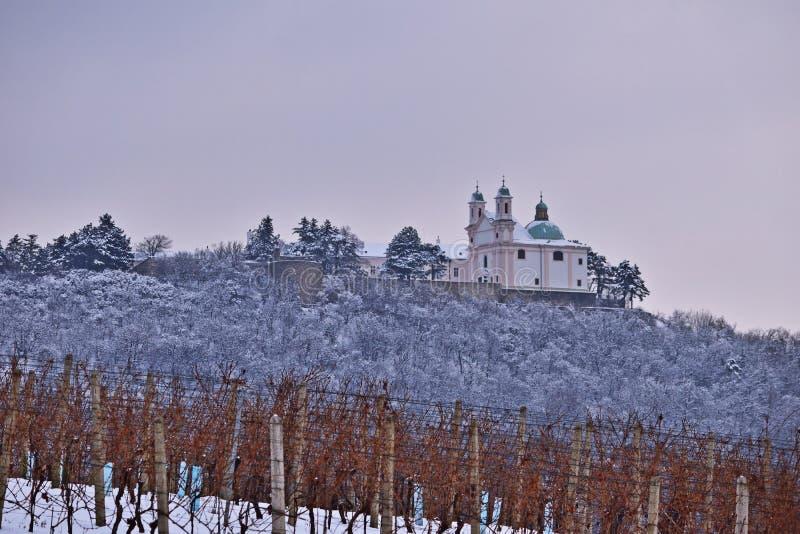 Leopoldsberg cubrió en nieve fotografía de archivo libre de regalías