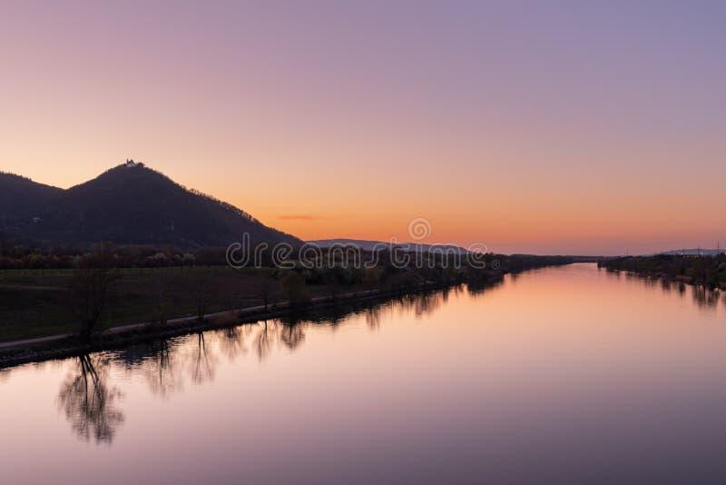 Leopoldsberg und Donau am klaren Abend im Frühjahr lizenzfreies stockbild
