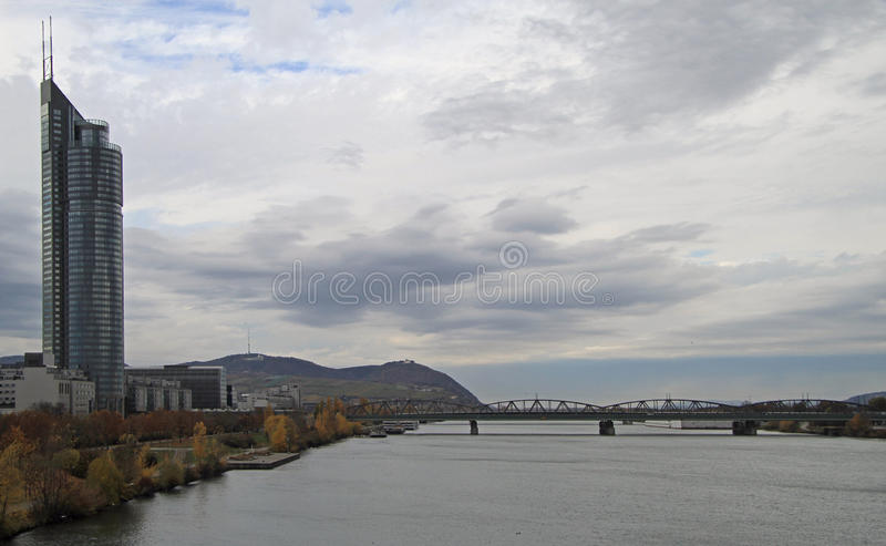Leopoldsberg und Flussufer von Donau in Wien lizenzfreie stockbilder