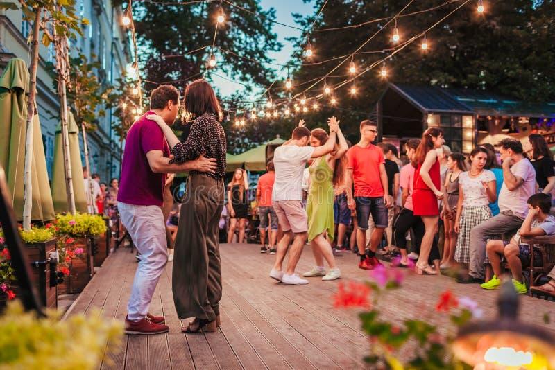 Leopoli, Ucraina - 4 agosto 2018 Salsa e bachata ballanti della gente in caffè all'aperto a Leopoli immagini stock