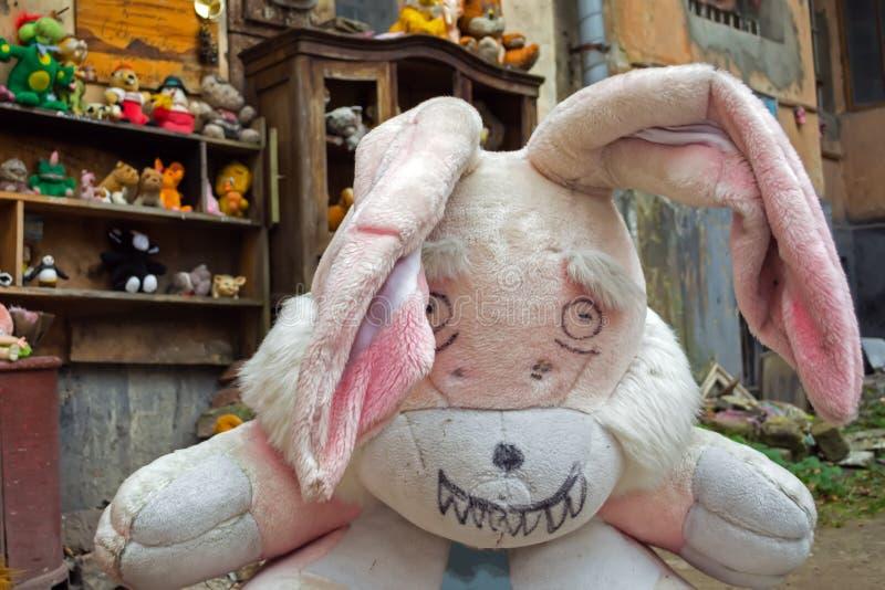 Leopoli, Ucraina - 28 aprile 2018: l'iarda ha abbandonato i giocattoli dei bambini, compreso le bambole, gli orsacchiotti, le sci fotografia stock libera da diritti