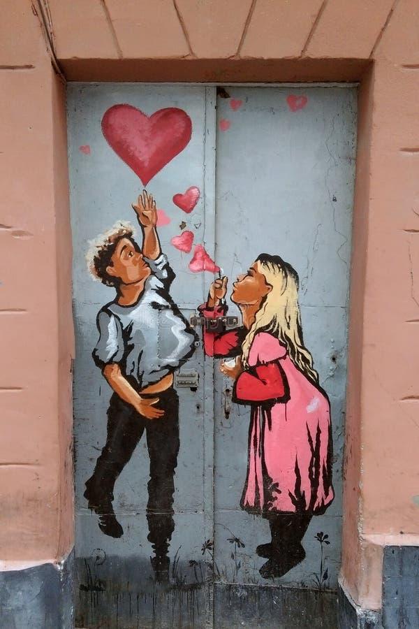 Leopoli, Ucraina - 2 novembre 2017: coppie nei graffiti di amore Concetto di giorno del ` s del biglietto di S immagini stock libere da diritti