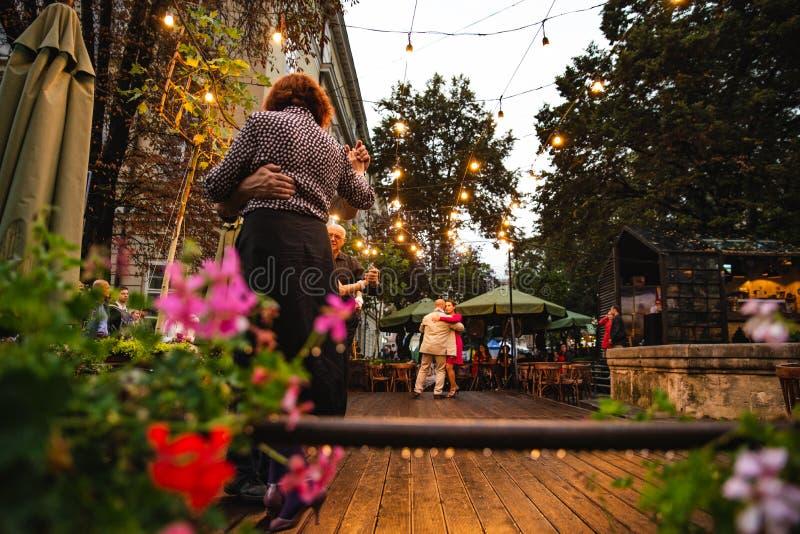 LEOPOLI, UCRAINA - 7 settembre 2018: aria aperta ballante della gente alla via della citt? fotografia stock