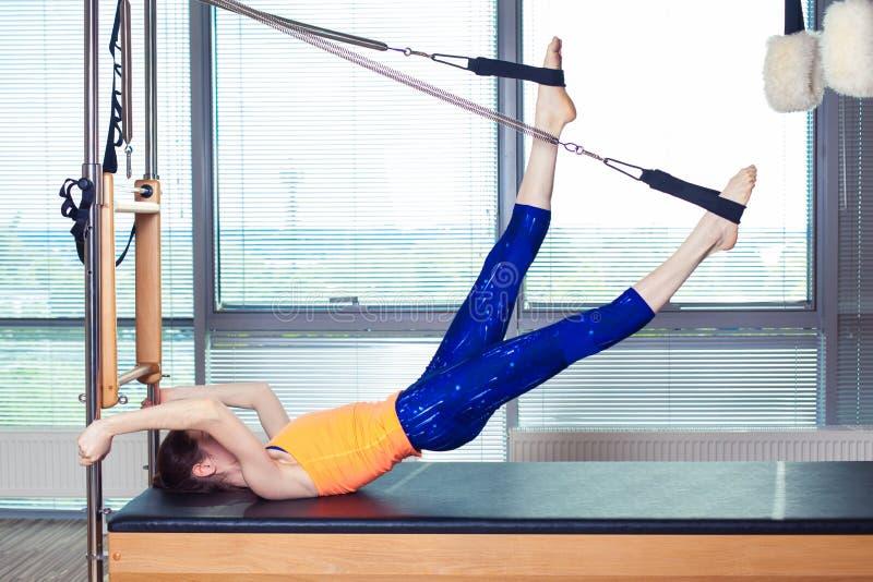 Leotardo que lleva sonriente sano de la mujer que practica Pilates en estudio brillante del ejercicio imágenes de archivo libres de regalías