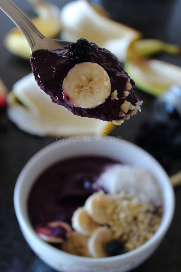 Lepel van de kom van Blackberry smoothie met banaan stock foto