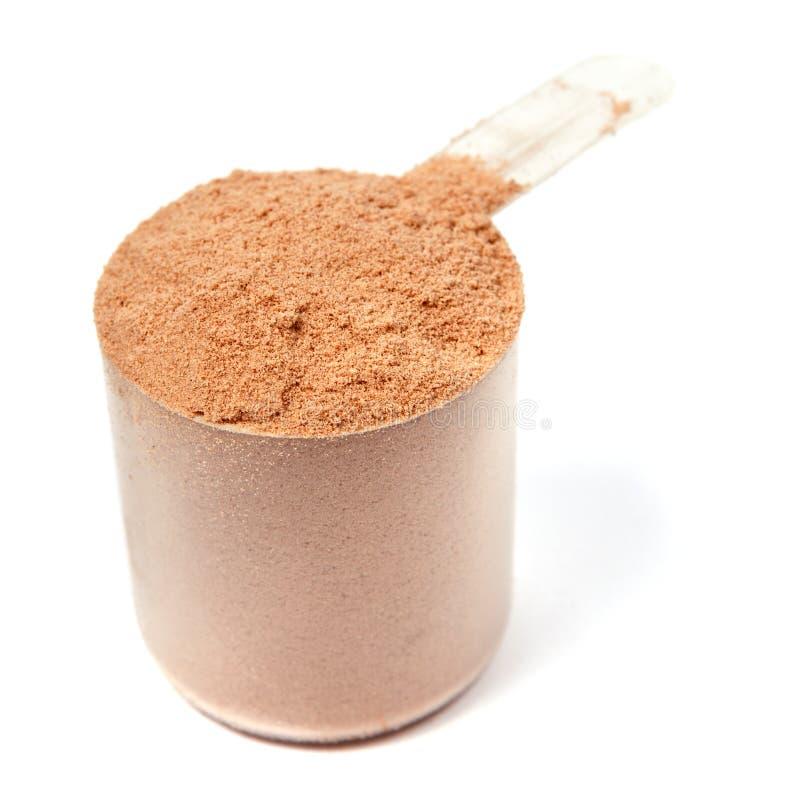 Lepel van het poeder van de chocoladeweiproteïne op wit royalty-vrije stock afbeelding