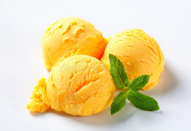 Lepels van mangosorbet stock foto's