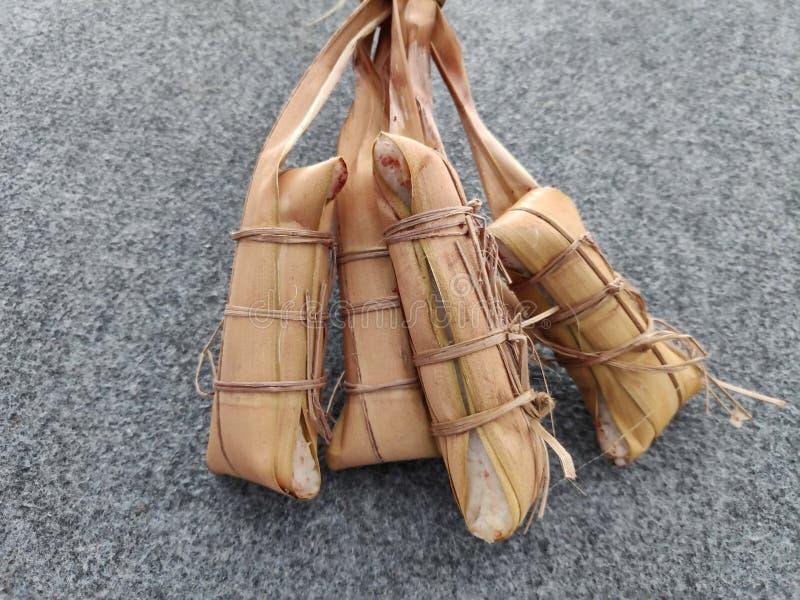 Lepet/Leupeut é um tipo do petisco feito do arroz pegajoso misturado com os feijões fotografia de stock royalty free