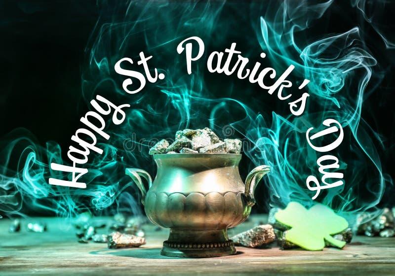 Leprechaun, s garnek z skarbem na stole przeciw ciemnemu tłu « St Patrick, s dnia świętowanie « obrazy stock