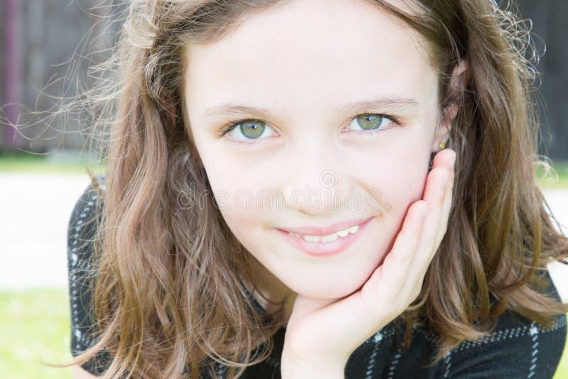 ler blåa ögon för liten flicka utomhus och skönhetbarnet royaltyfri bild
