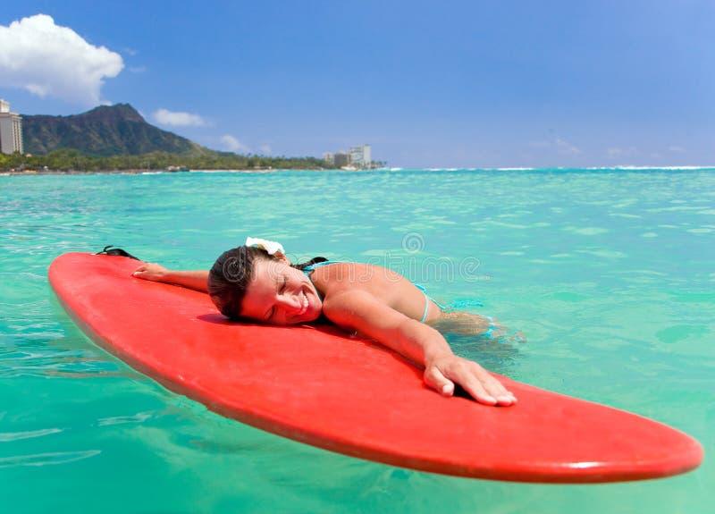 ler surfingbrädakvinnan arkivbilder