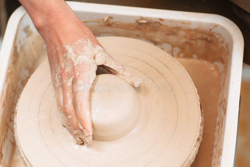 Lera på den lekmanna- krukmakerihjullägenheten royaltyfria bilder