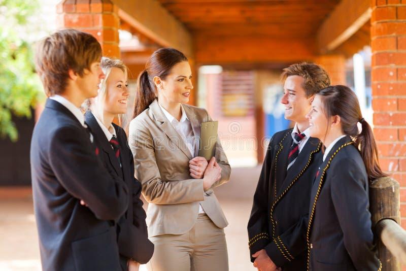 Leraar die aan studenten spreekt stock afbeelding