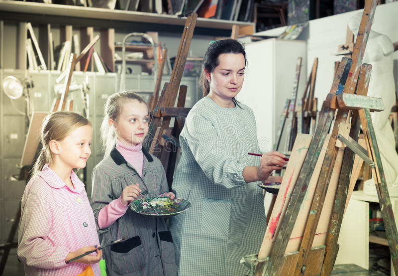 Leraar die bij het schilderen van klasse werken royalty-vrije stock fotografie