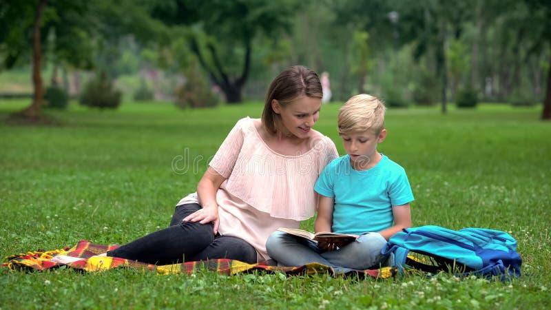 Leraar die extra klassen voor ondergeschikte leerling, individueel tutoring verstrekken royalty-vrije stock foto's