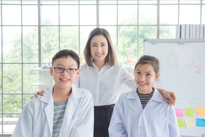Leraar die met haar student in klaslokaal glimlachen royalty-vrije stock foto's