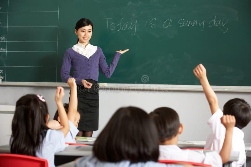 Leraar door Bord in Chinese School stock foto