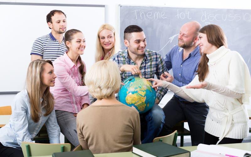 Leraar en gelukkige volwassen studenten royalty-vrije stock foto