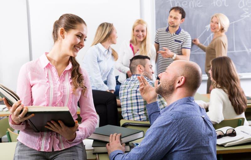 Leraar en gelukkige volwassen studenten stock fotografie
