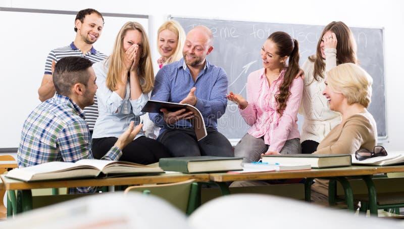 Leraar en gelukkige volwassen studenten royalty-vrije stock afbeeldingen